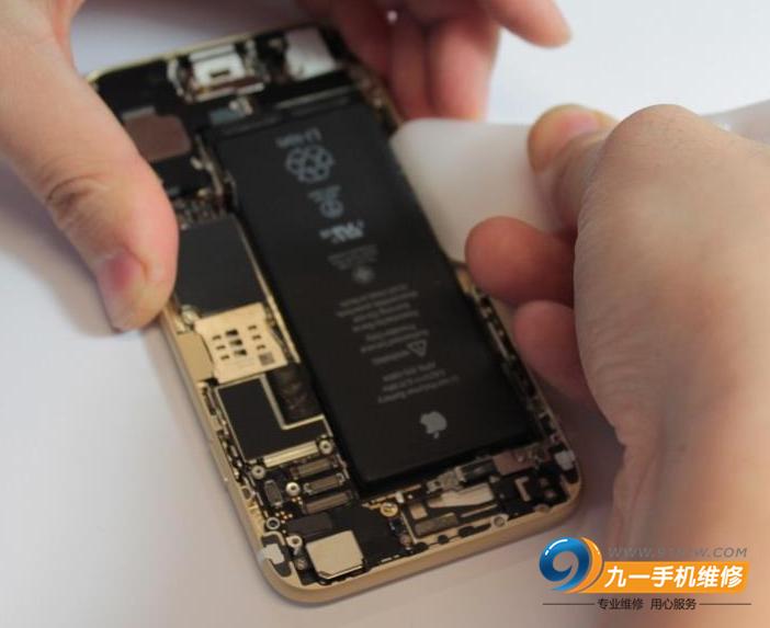 电池安放得非常牢靠,需要加热才能取出,但还是扯得有些变形了。在5.5寸苹果6 plus中会有相应白色拉条,但可惜的是在4.7寸的苹果6中并没有找到这种东西。取出电池的时候,多留意。拆的时候小心点,以免损坏其他部件,苹果的配件伤不起。